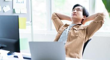 Aziatische zakenman ontspannen tijdens het werken foto