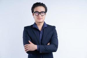 portret van aziatische zakenman die met gekruiste armen staat foto