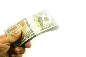 hand met bundels 100 Amerikaanse dollar's stack rendering op wit foto