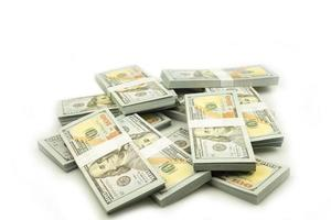 stapel bundels van 100 Amerikaanse dollars bankbiljetten op witte achtergrond foto