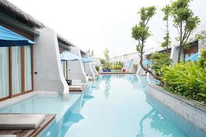 zwembad villa resort, zwembad en resort kamers. foto