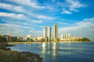 skyline van het haeundae-district in busan in zuid-korea foto