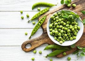 groene erwten in witte kommen foto