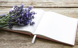 lavendelboeket en notitieboekje foto