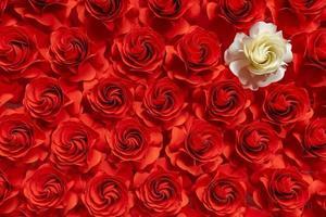 papieren bloem, witte rozen op rode rozen achtergrond, abstracte bloem gesneden uit papier, huwelijksdecoraties foto