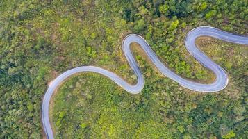 bovenaanzicht vanuit de lucht van een weg in het bos foto