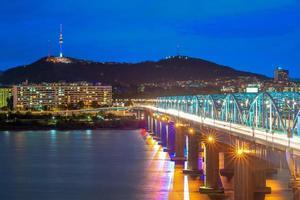 nacht uitzicht op seoul door han rivier in zuid-korea foto