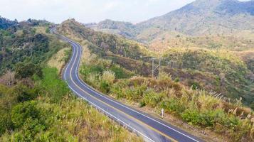 uitzicht op de weg op de berg van bovenaf foto