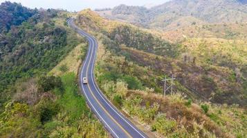 uitzicht op de weg met auto op de berg van bovenaf foto