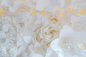 papieren bloem, witte rozen gesneden uit papier, huwelijksdecoraties, gemengde bruiloft bloem achtergrond foto