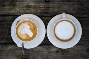 het bovenaanzicht op een kopje koffie op een houten tafel foto