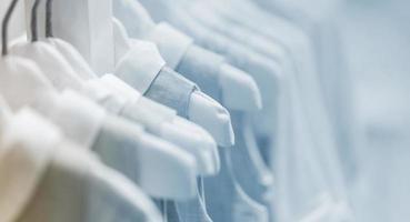 collectie babykleding hangen in showroom foto