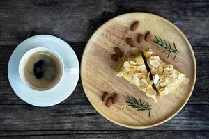 het bovenaanzicht op een kopje koffie met dessert op een houten tafel foto