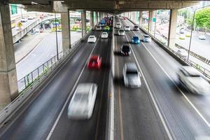 bewegingsonscherpte van auto op de weg in de stad foto