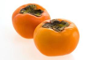persimmon fruit op wit foto