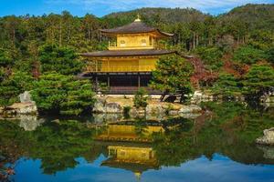 kinkakuji bij rokuonji aka gouden paviljoen in kyoto, japan foto