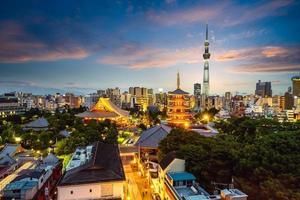 luchtfoto van de stad tokyo 's nachts in japan foto