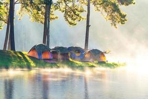 avonturen kamperen en kamperen in de ochtend met lichte mist in pang-ung, mae hong son, thailand foto