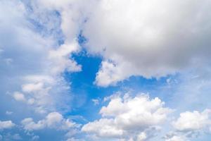 witte wolken in de blauwe lucht foto