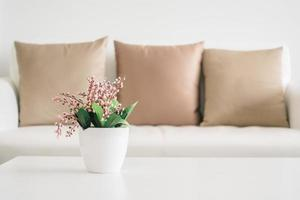 vaasplant op tafel foto