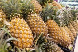 ananas in supermarkt foto