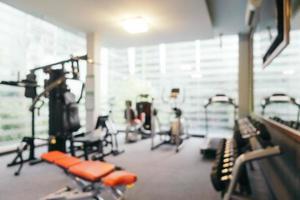 abstract vervagen fitnessapparatuur in sportschool foto