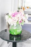 bloemenvaas op tafel foto