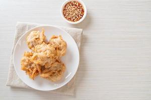 gefrituurde taro met saus - veganistische en vegetarische eetstijl foto