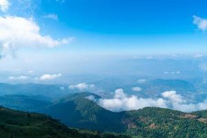 prachtige berglaag met wolken en blauwe lucht op het natuurpad Kew Mae Pan in Chiang Mai, Thailand thai foto