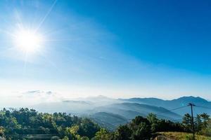 prachtige berglaag met wolken en zonsopgang bij chiang mai in thailand foto