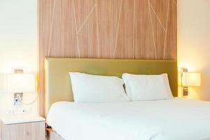 wit kussen op het bed foto