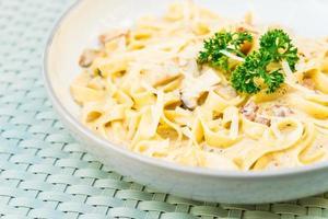 spaghetti of pasta met truffel en roomsaus foto