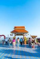 chiang mai, thailand - 6 dec 2020 - uitzicht op wat phra that doi kham gouden tempel in chiang mai, thailand. deze tempel ligt op de doi kham-heuvel, omgeven door prachtige bergachtige landschappen. foto