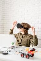 tienerjongen in virtual reality-bril die het spel speelt foto