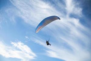 paragliden over zee met prachtige blauwe hemelachtergrond in phuket, thailand. zachte sok. foto