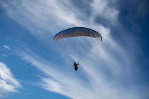 paragliden over zee met prachtige blauwe hemelachtergrond in phuket, thailand foto