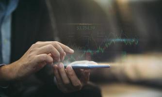 zakenmaninvestering die financieel rapport analyseert. werken met high-tech digitale augmented reality graphics. concept voor zaken, economie en beursmarketing. 3D-afbeelding. foto