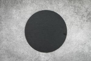 leisteen op zwarte stenen achtergrond foto
