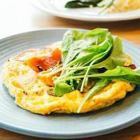gebakken eieren omelet in witte plaat foto