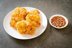 gefrituurde maïs met saus - veganistische en vegetarische eetstijl food foto