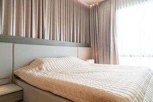 bed met sprei decoratie in slaapkamer foto