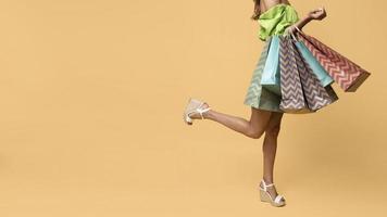 stijlvolle vrouw met boodschappentassen. mooi fotoconcept van hoge kwaliteit foto