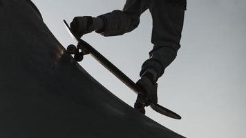 tiener plezier met skateboard park silhouet. mooi fotoconcept van hoge kwaliteit foto