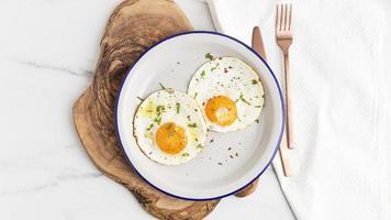 bovenaanzicht ontbijt gebakken eieren bord met bestek. mooi fotoconcept van hoge kwaliteit foto
