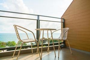 mooi buitenterras met stoel en tafel foto