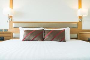 comfortabel kussen op bed foto