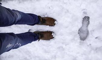 man's voeten in de sneeuw foto