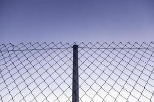 metalen hek met blauwe lucht foto