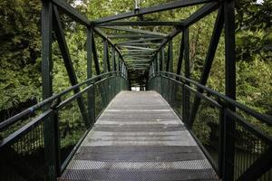 metalen loopbrug in een bos foto