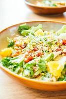 gegrilde kip met groente en granaatappel, fruitsalade in plaat - kleurenfilterverwerking foto